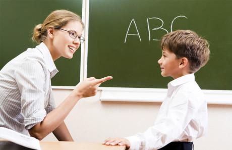 Profesora A.L. explicando a niño