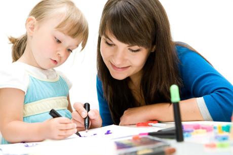 Profe y niña pintando